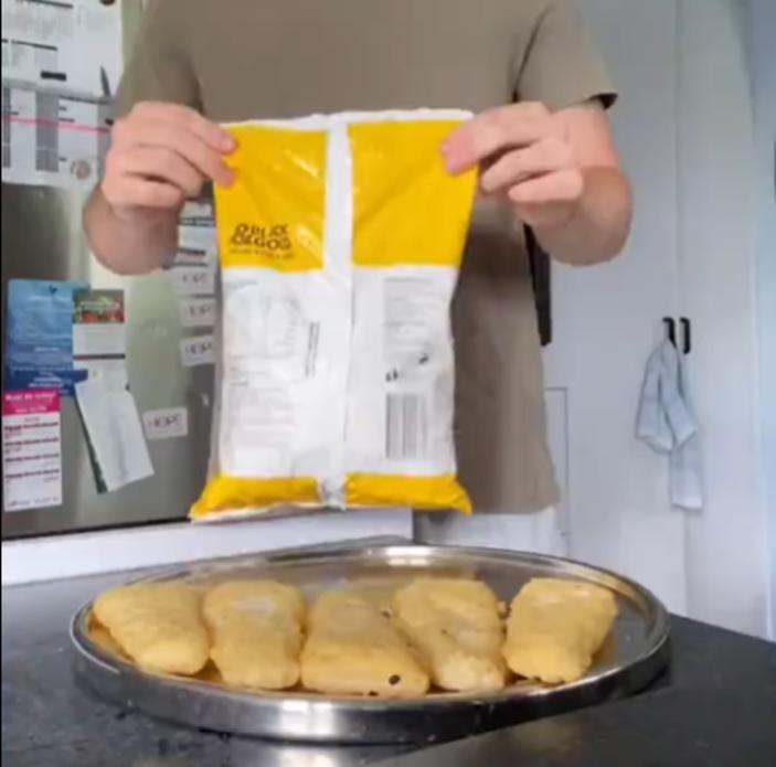 Без дополнительных приспособлений: парень показал, как запечатать пакет с овощам