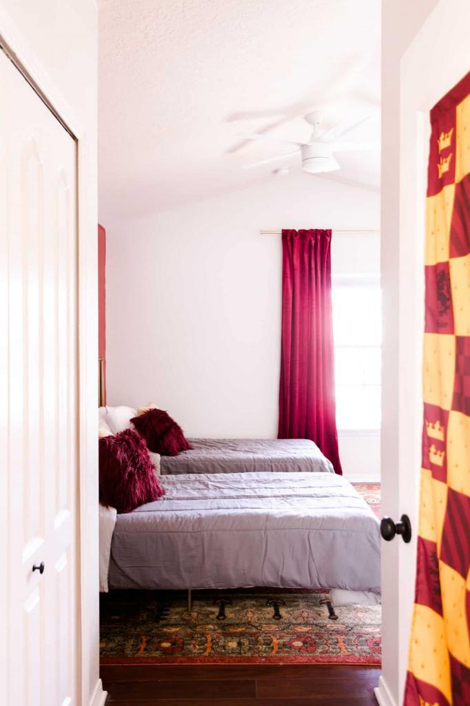 Спальня гриффиндорца: интерьер комнаты, о которой будет мечтать любой фанат Поттерианы (создать его не так уж и сложно)