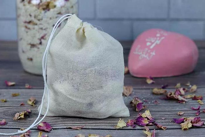 Подаренные букеты никогда не выкидываю, а делаю из них цветочно-овсяный «чай» для ванны: идеально для сухой кожи