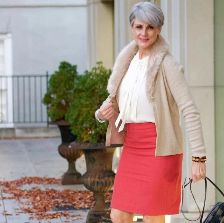 Брючный костюм и объемные рукава для женщин за 50 в 2021 году: мода от Эвелины Хромченко