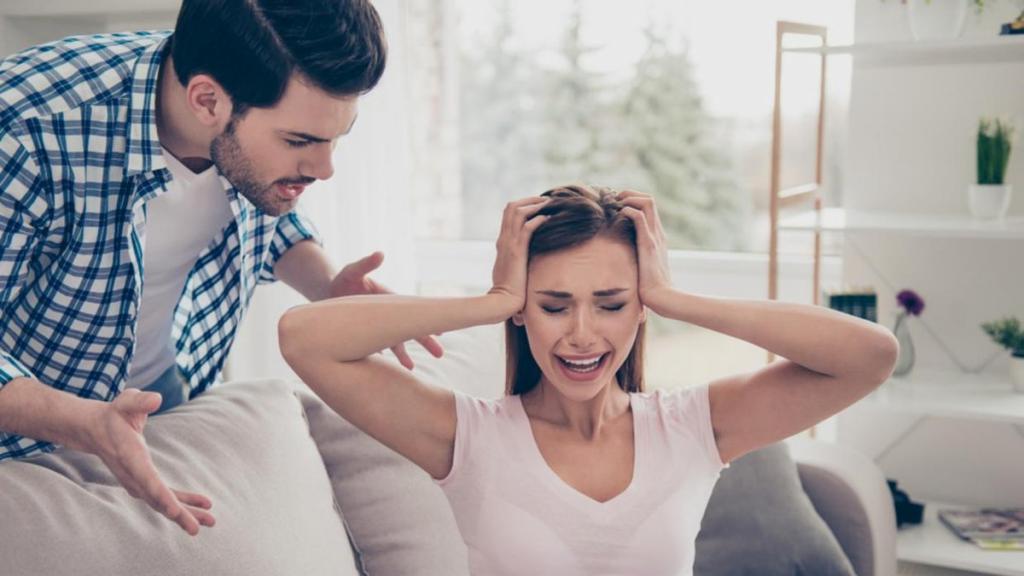 Мужчина хочет контролировать все: психотерапевт Кимберли Гершенсон назвала главные признаки, по которым можно определить эмоционально жестокого партнера