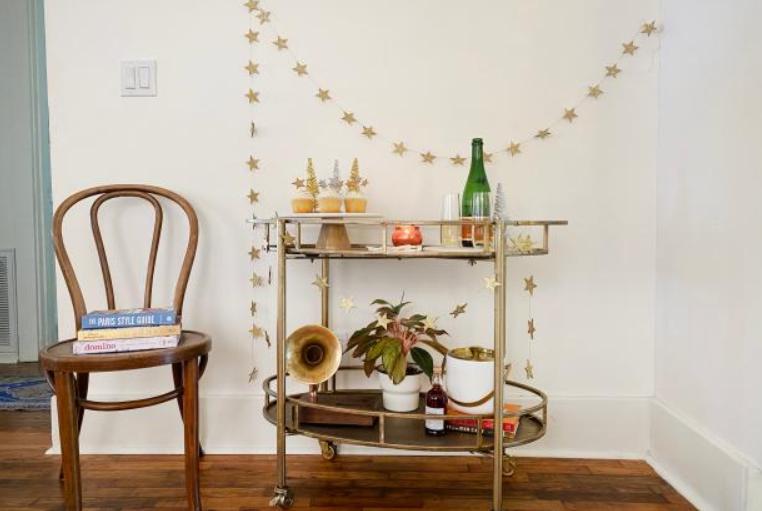 Нашла в магазине рукоделия деревянные звездочки и придумала сразу 3 идеи для праздничного декора: украшаем стены, прическу и десерт