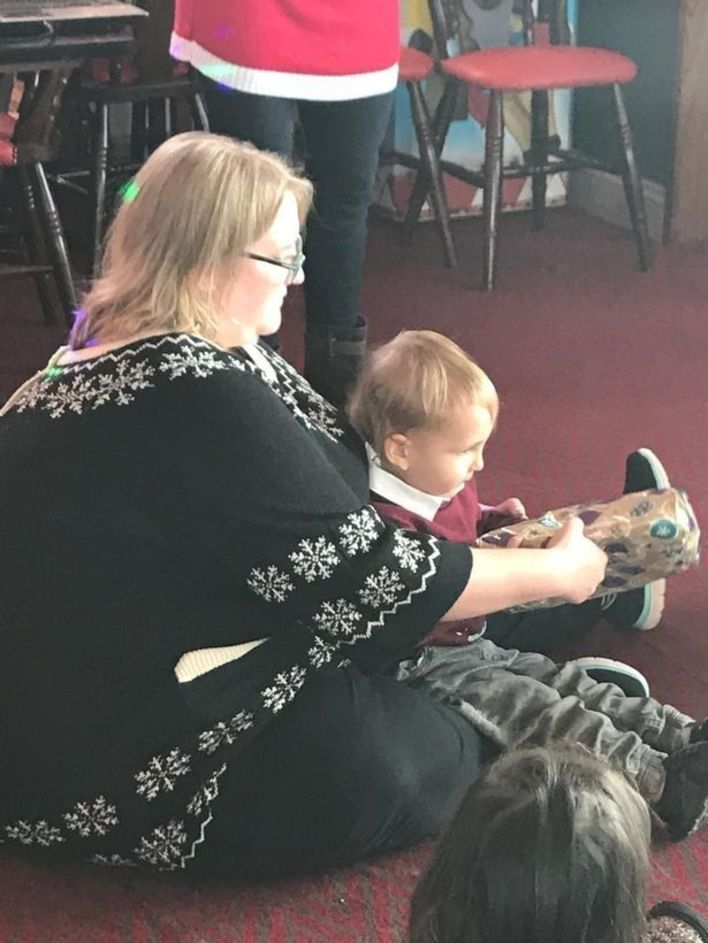 Женщине показалось, что ее сын сидит на мешке с фасолью на фотографии. Увидев свои колени, она взяла себя в руки и похудела на 63 кг