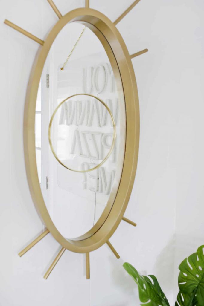 В прихожей повесили настенное зеркало в форме глаза: модную раму можно легко смастерить своими руками