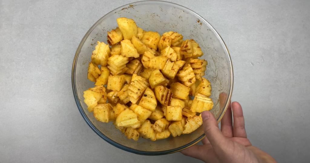 Разнообразила рецепт картошки по селянски: запекаю ее с сочными тефтелями