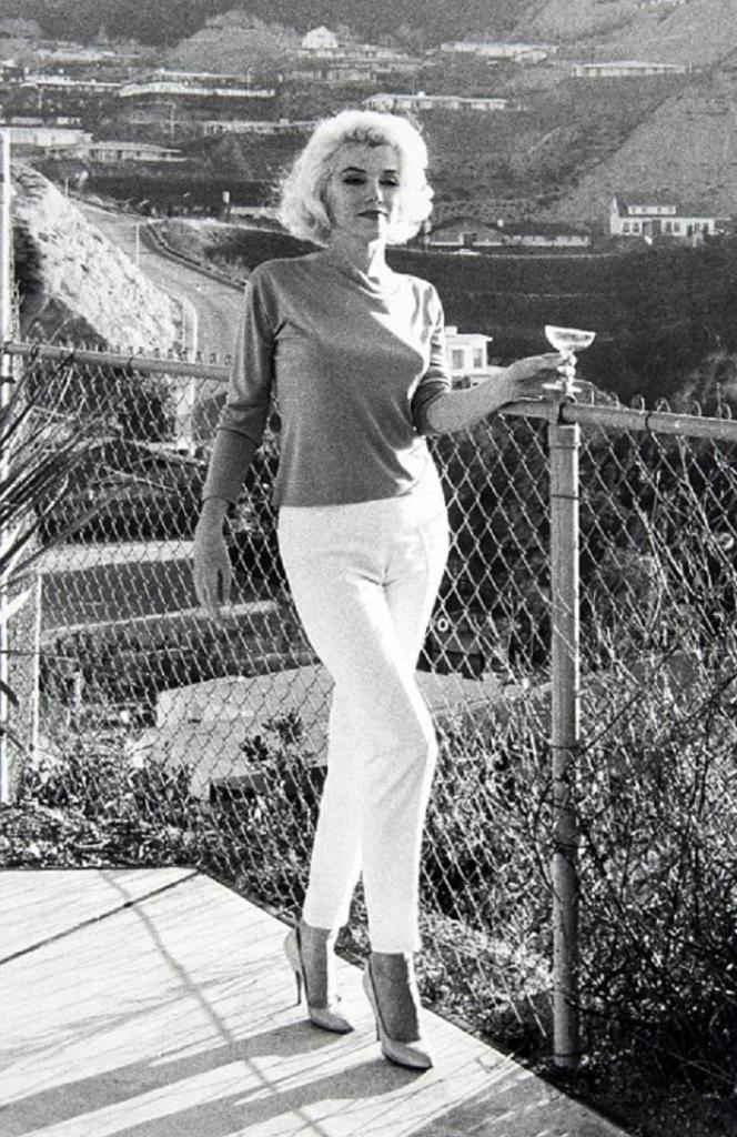 Мэрилин Монро комплексовала из-за своих ног, одевалась так, что все вокруг считали их идеальными. Ее главные фишки с примерами (фото)