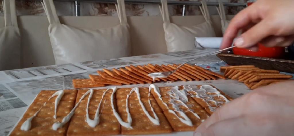 Из соленого крекера, скумбрии в масле и овощей готовлю вкусный порционный тортик