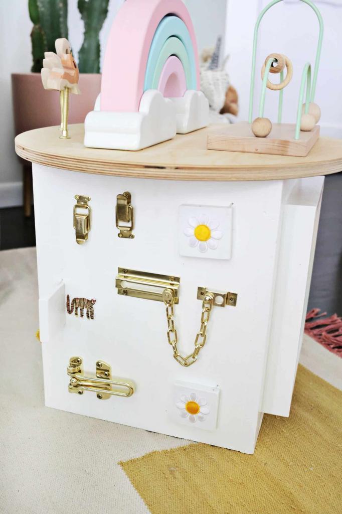 Развивающая игрушка с очень нежным и стильным дизайном: мастерим для малыша деревянный кубик со счетами, буквами и другими  развлекалками