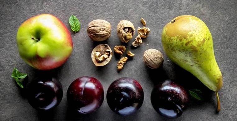 Быстрый и вкусный пирог с яблоками, сливами и грушами из гречневой муки: рецепт полезного десерта