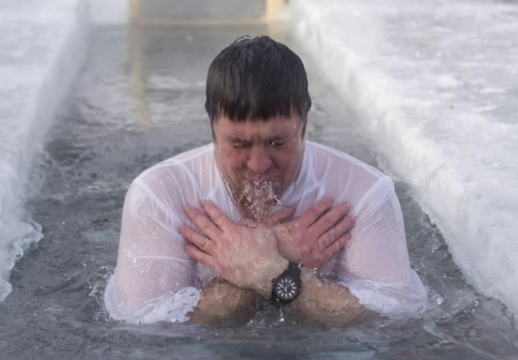 Почему если на Крещение муж окунается в прорубь, жена должна делать это вместе с ним (а после не мешало бы посыпать его снегом)