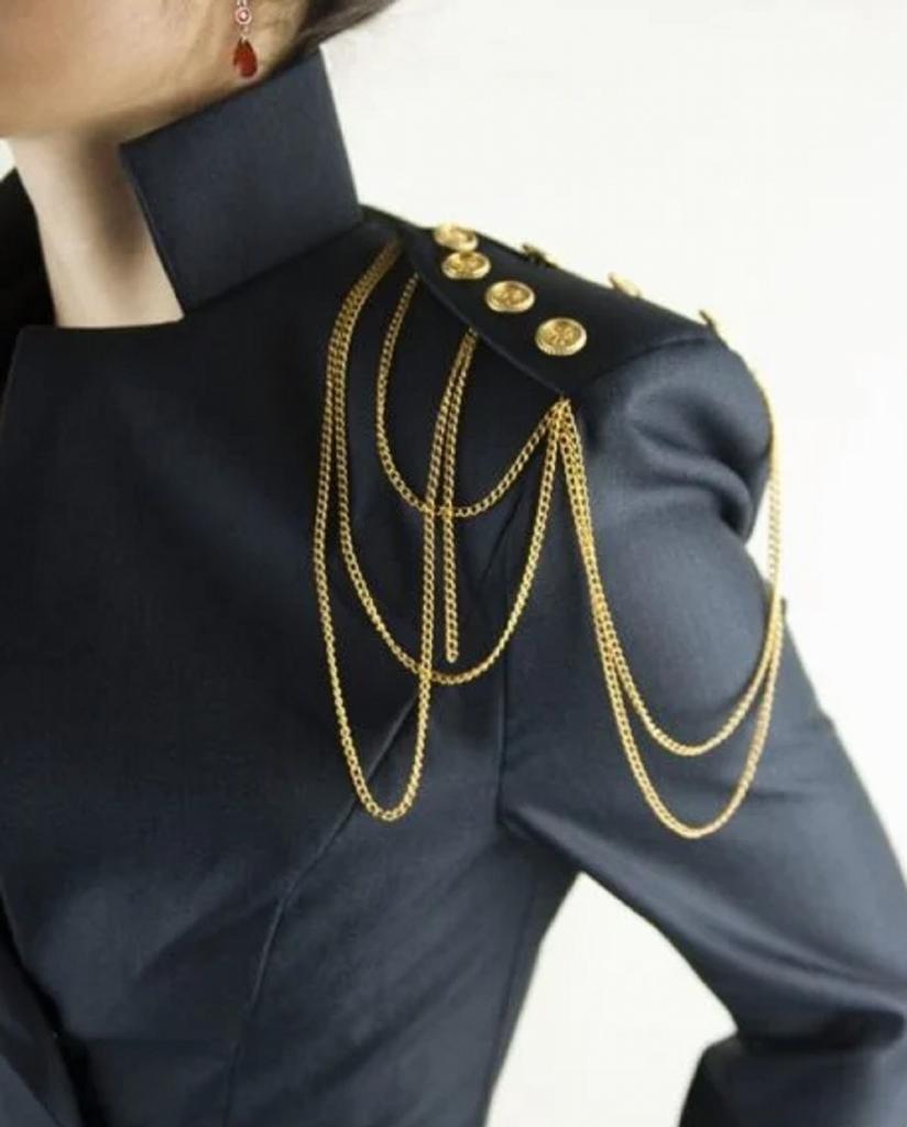 Как носить и с какой одеждой сочетать цепи - один из трендов 2021 года