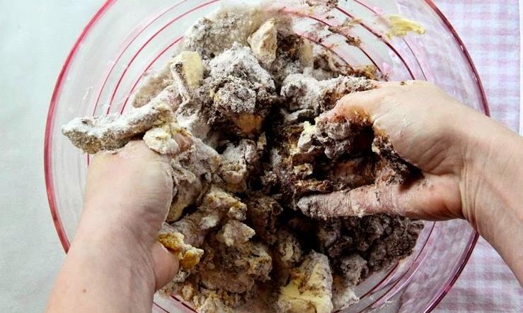 Тертый шоколадный пирог со сливочным кремом и ежевикой: ягоду можно брать любую, даже варенье