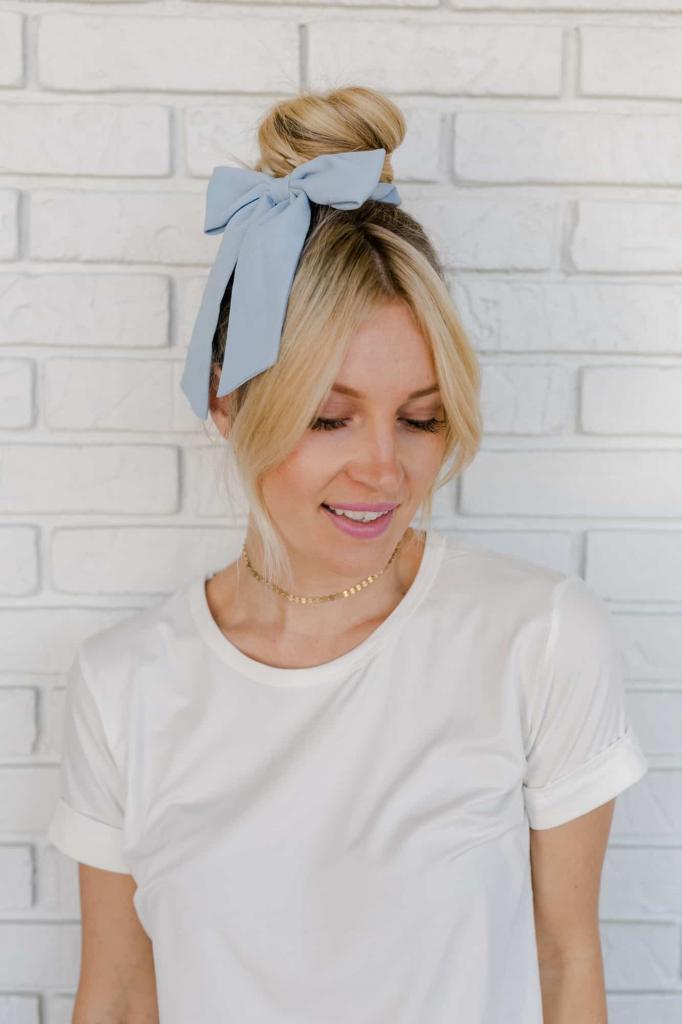 Объемные резинки для волос опять в моде: как носить трендовый аксессуар (фото)