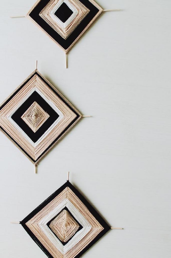 Беру две деревянные спицы, пряжу нескольких оттенков и создаю стильные настенные украшения: подружки думают, что я купила панно в магазине