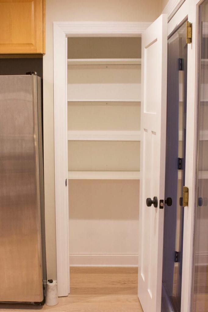 Сами переоборудовали пустую нишу в шкаф: получилось очень удобно
