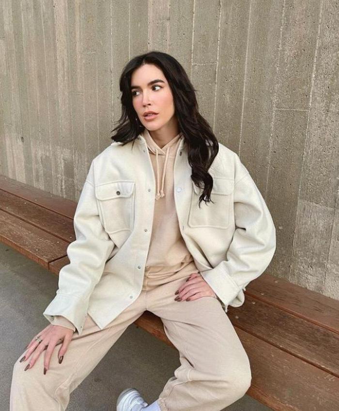 Стильная альтернатива свитеру в 2021 году: как носить кожаную рубашку, подскажут звезды Instagram