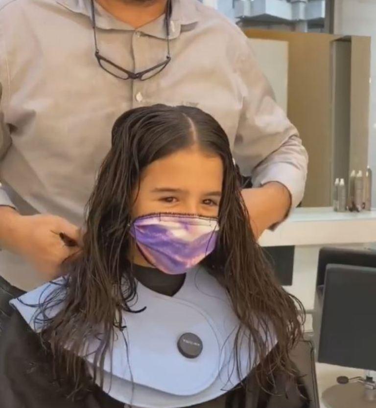 Но только чуть-чуть: девочка разрешила парикмахеру обрезать часть хвостика