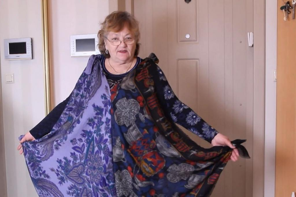 Получается красиво: пенсионерка показала, как из старых платков шьет платье