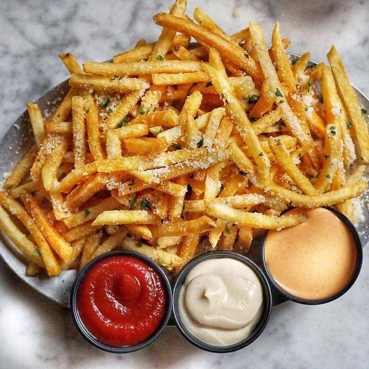 Фри и картофельные закуски всех форм и размеров с широким выбором соусов на доске: новаягорячая пищевая мания 2020 года