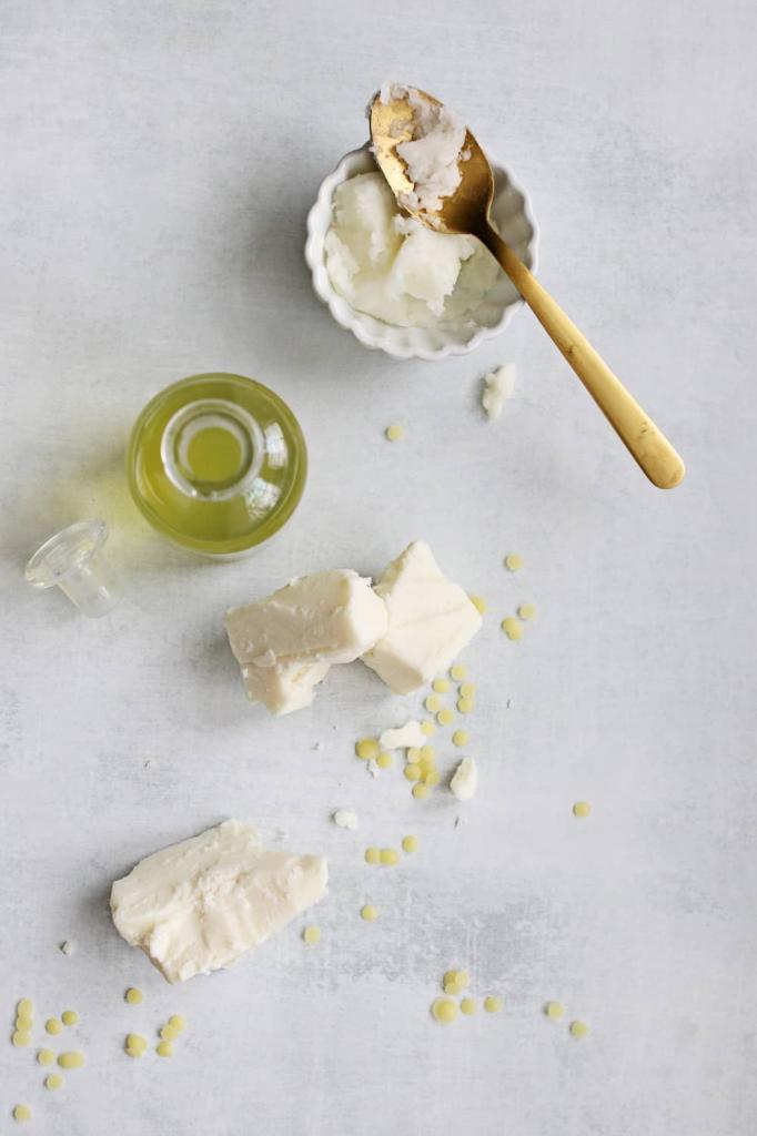 Зимой готовлю для рук питательный бальзам с оливковым и кокосовым маслами. Он быстро приводит в порядок даже сухую и потрескавшуюся кожу