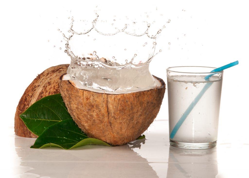Кокосовая вода увлажнит волосы, не утяжеляя. Как использовать кокосовую воду для тонких волос