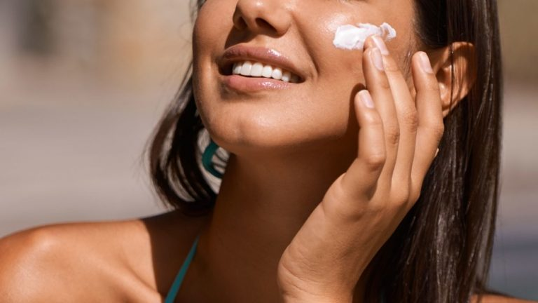 Увлажняющие кремы помогут защитить нежную кожу лица от воздействия низких температур: несколько советов косметологов