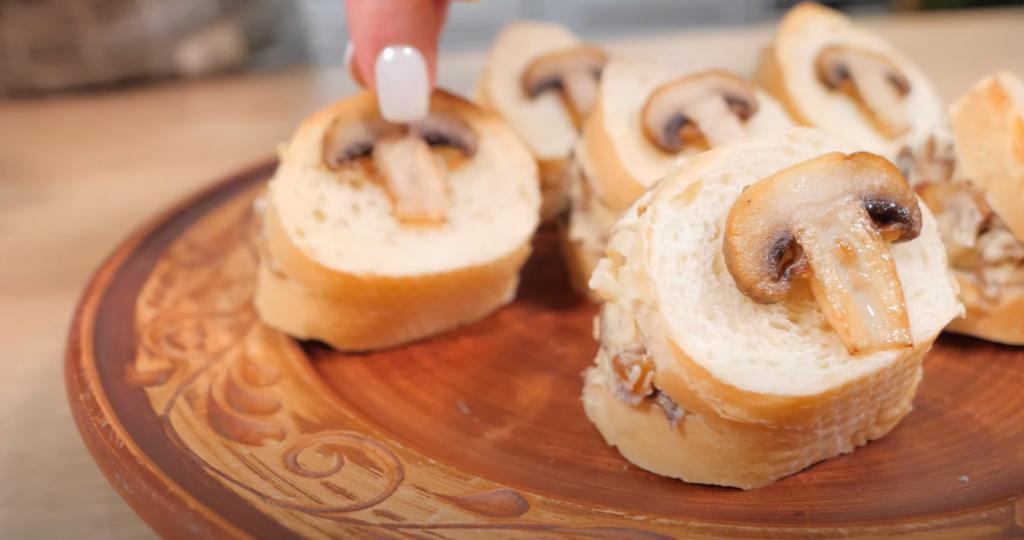 Через 5 минут после начала застолья тарелка с моими бутербродами пуста: весь секрет в особом грибном масле