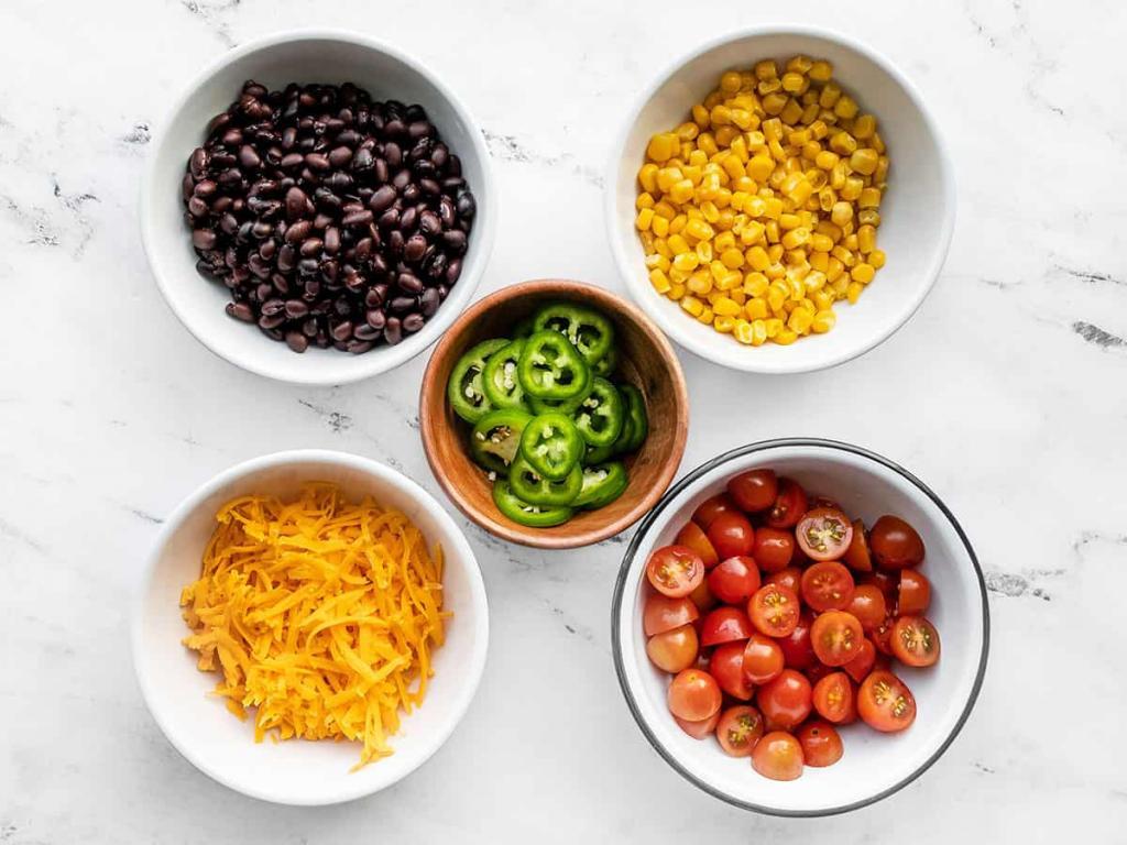 Разнообразие на кухню вносит индейка. Простой салат с соусом из авокадо и фаршем птицы