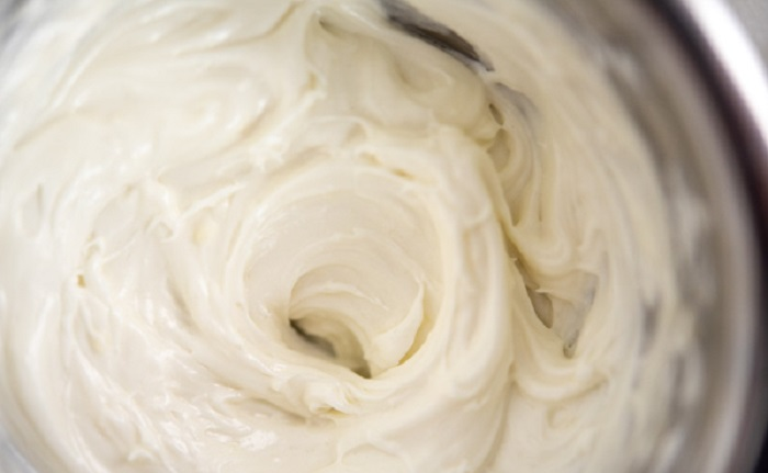 Когда кожа сильно шелушится, спасает только самодельное густое масло ши с крахмалом (рецепт очень простой)