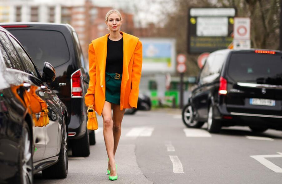 Шопинг гид по последним тенденциям моды: основные тренды моды весны 2021   акцент на плечи и разноцветные пальто