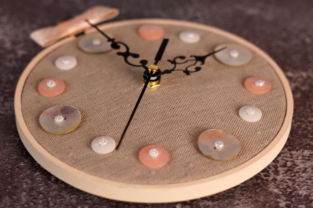 Из простых пяльцев и льняной ткани можно сделать милые часы. Это просто и смотрится очень симпатично