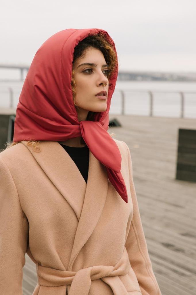 Платки снова на пике моды: носим аксессуар на голове, шее и даже на сумке (фото)
