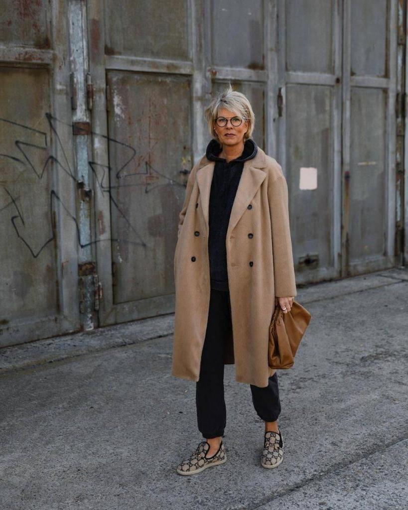 Для женщин 45+, которые ищут свой повседневный стиль: десять модных образов от инстаграм звезд на весну 2021