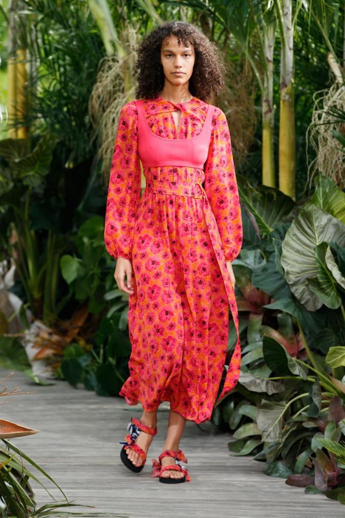 Чтобы солнышко не застало врасплох: экспресс гид по трендовым платьям весенне летнего сезона 2021