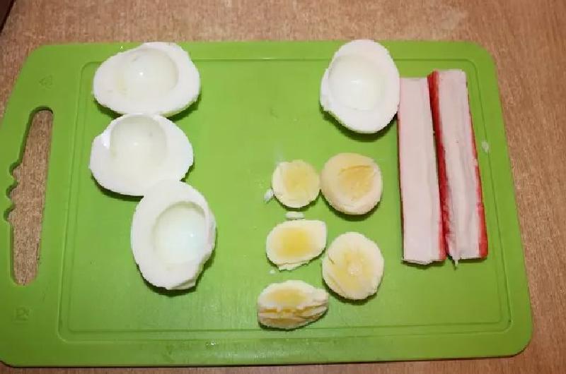 Если гости на пороге: быстрая закуска - яйца, фаршированные сыром и крабовыми палочками