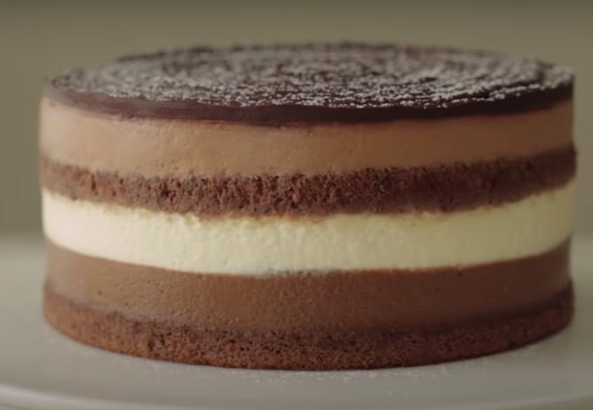 Домашний чизкейк люблю готовить без желатина: выпекаю бисквитные коржи, а затем наношу на них сырный крем с разными вкусами