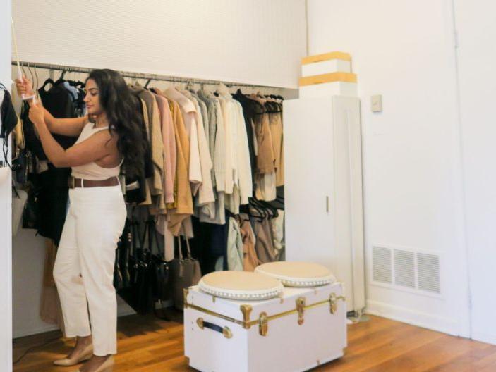 У нее тесная квартира и девушка нашла способ замаскировать стойку для одежды