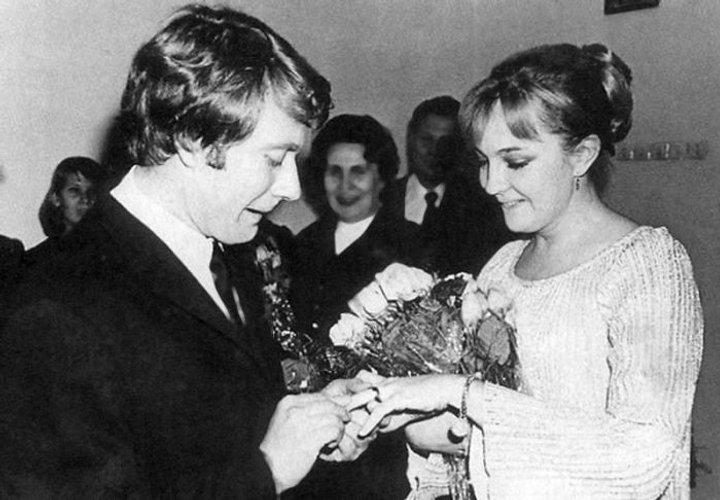 Екатерина Градова успела сделать подарок к 80 летию Андрея Миронова, посвятив ему стихи. Если есть на земле любовь, она выглядит так