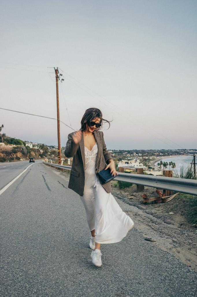 Шелковые платья в бельевом стиле: как красиво комбинировать струящуюся ткань в повседневном образе