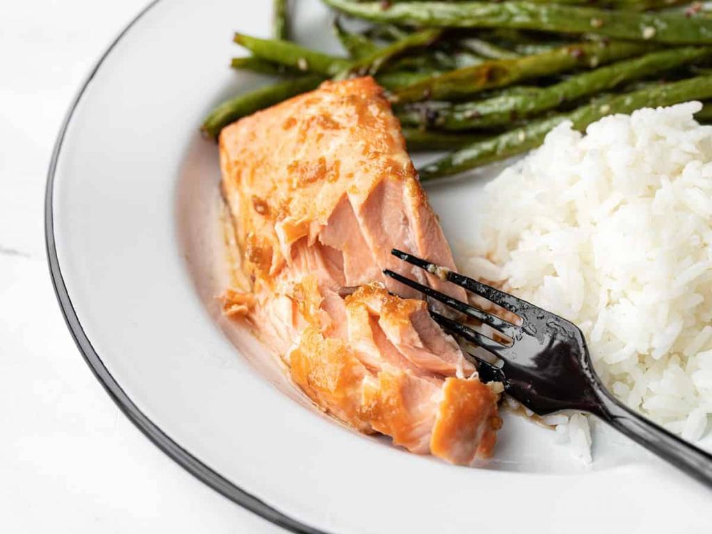 Сочный лосось с нежной заправкой из имбиря: как приготовить рыбу так, чтобы она не вышла сухой