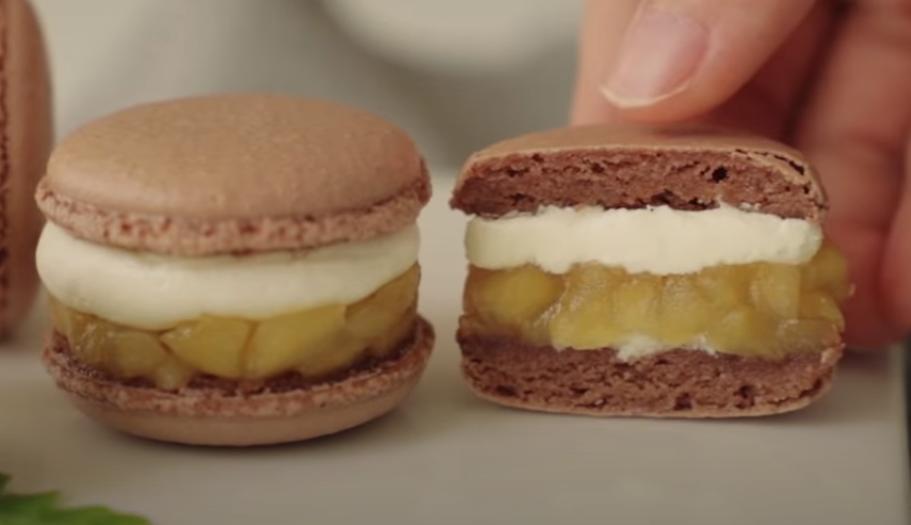 Французские макаруны на новый лад: между хрустящим печеньем из миндальной муки кладем крем и яблочки