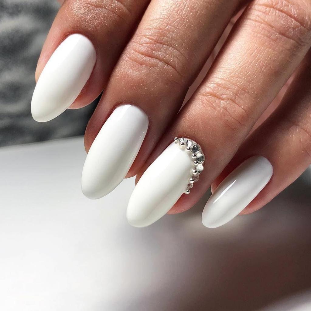 Белый лак привлечет внимание не хуже кислотных оттенков: 10 эффектных работ с белоснежным покрытием