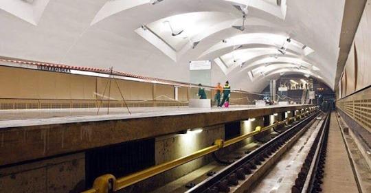 Почему нельзя после падения на рельсы — залезать обратно на платформу метро