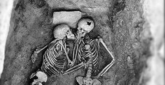 Поцелуй влюбленных, которому 2,8 тысячи лет, выглядит именно так