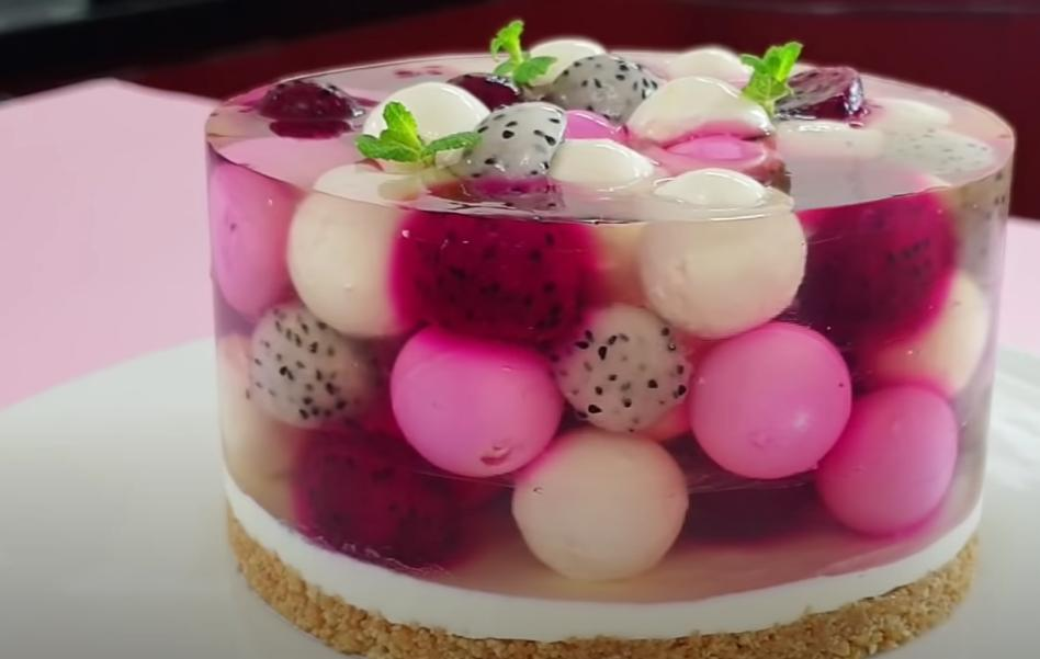 Оригинальный экзотический тортик с тремя слоями: фруктовое желе и питахайя