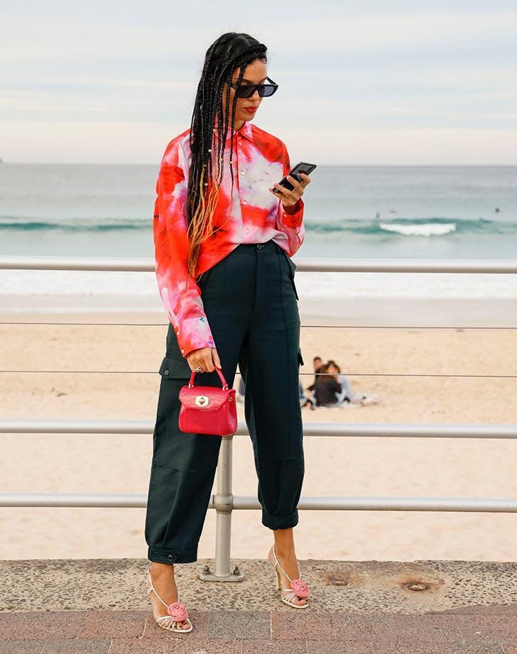 Мальчишеский стиль: советы по сочетанию бархатного пиджака, рубашки и другой одежды с брюками карго