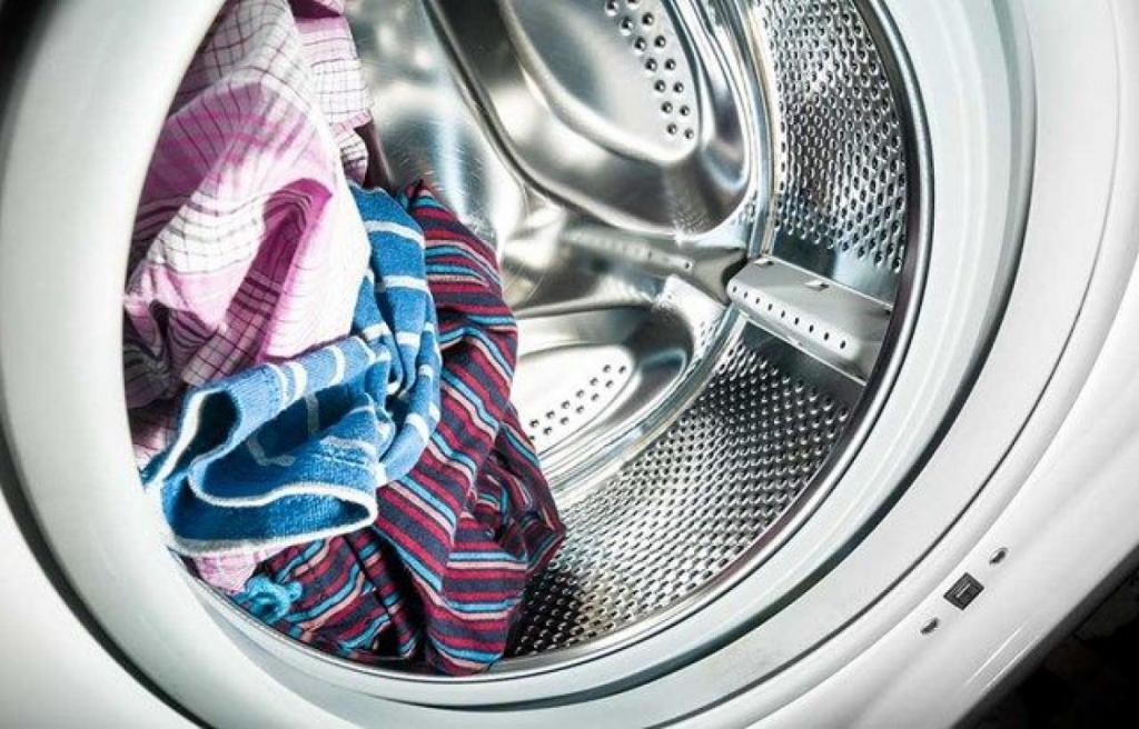 Мокрое белье в стиральной машине начнет пахнуть сыростью через 12 часов: мнение эксперта Люсинды Оттуш