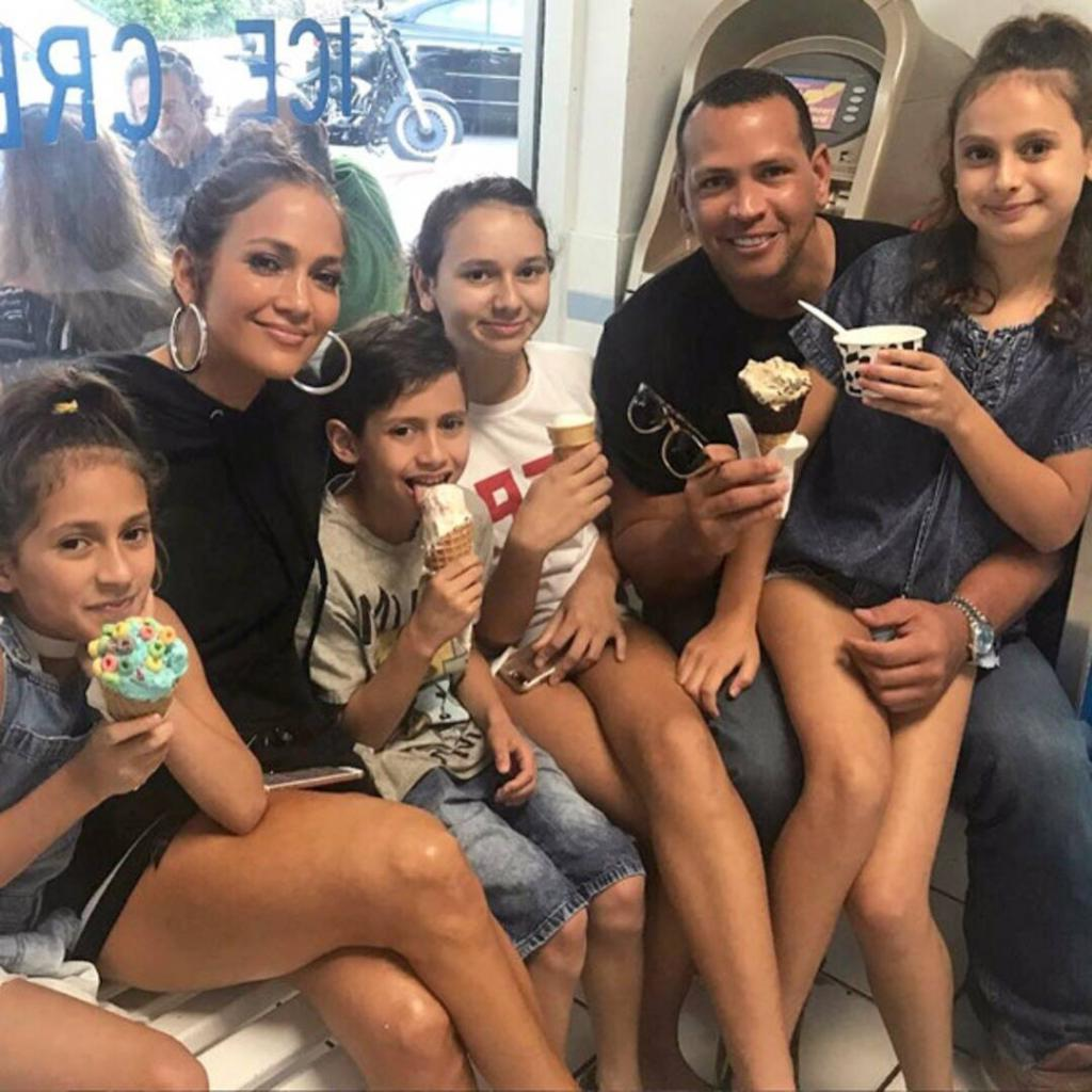 Дети от разных браков: чему может научить смешанная семья Дженнифер Лопес