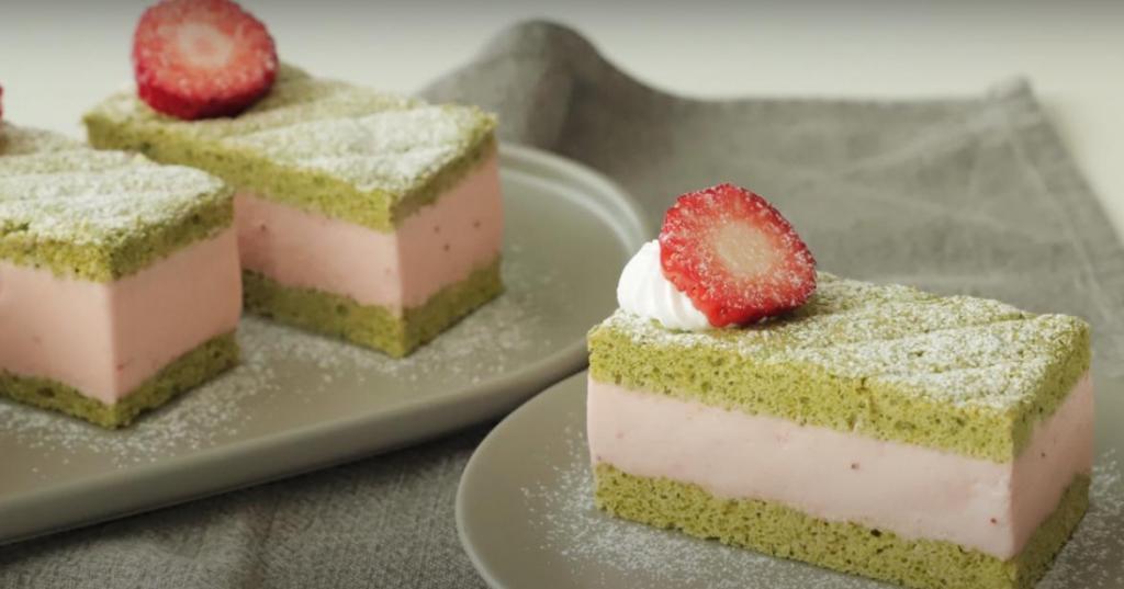 Бисквит с чаем матча и нежнейший мусс со вкусом клубники: готовим пирожное, в которое можно влюбиться за один лишь внешний вид, не говоря уже о вкусе