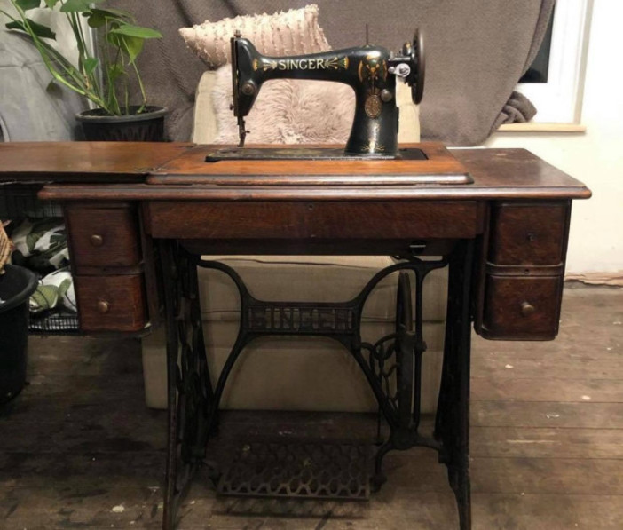Лаура сделала эффектный ретро столик под раковину из старой швейной машинки